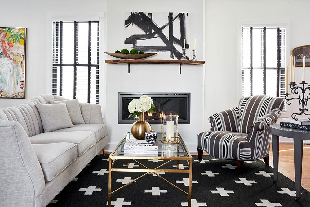 Salon-noir et blanc-par-Joni-Spear-Interior-Design Comment décorer un manteau de cheminée (idées de décoration soignées)