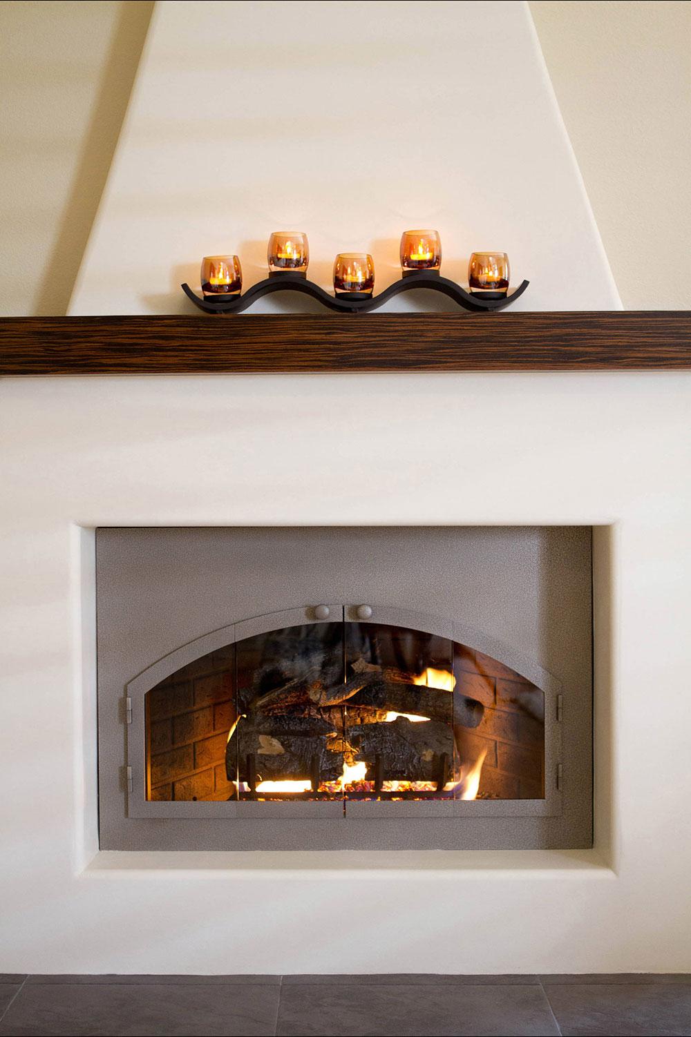 Une-nouvelle-prise-sur-une-cheminée-adobe-par-Talianko-Design-Group-LLC Comment décorer un manteau de cheminée (Idées de décoration soignées)
