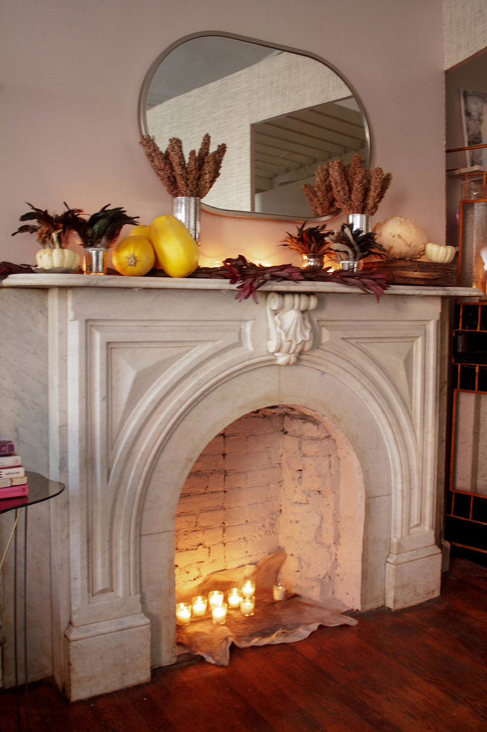 A-Brooklyn-Mantel-Celebrates-Harvest-for-Thanksgiving-by-Sarah-Seung-McFarland Comment décorer un manteau de cheminée (Idées de décoration soignées)