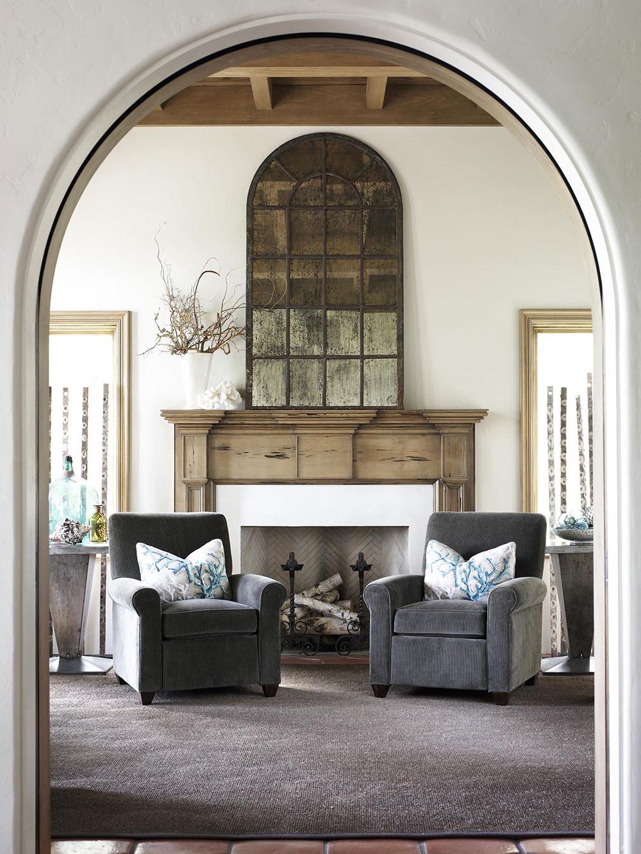 Entry-Sitting-Area-by-Carter-Kay-Interiors Comment décorer un manteau de cheminée (idées de décoration soignées)