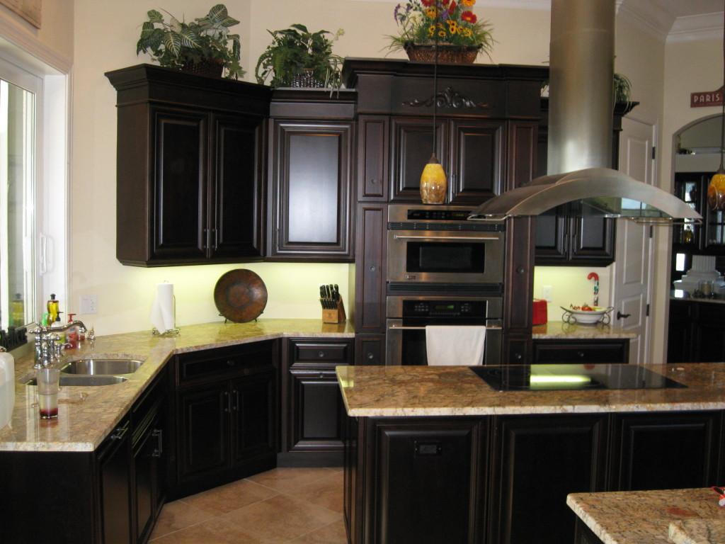 idée-parfaite-des-armoires-de-cuisine-noires-en-bois-avec-comptoir-granit-aussi-cuisinière-moderne