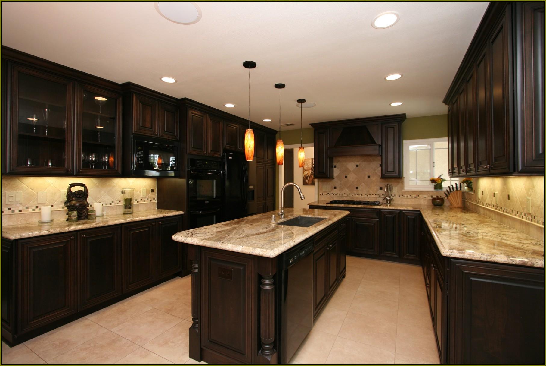 armoires-de-cuisine-en-cerisier-avec-granit noir