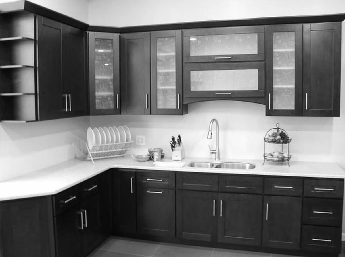 cuisine-moderne-élégante-avec-des-meubles-appareils-noirs-laque-noire-armoires-de-cuisine-peinture-divine-armoires-de-cuisine-interieur-adorable-moderne-italien-contemporain-amusant-design-de-meubles