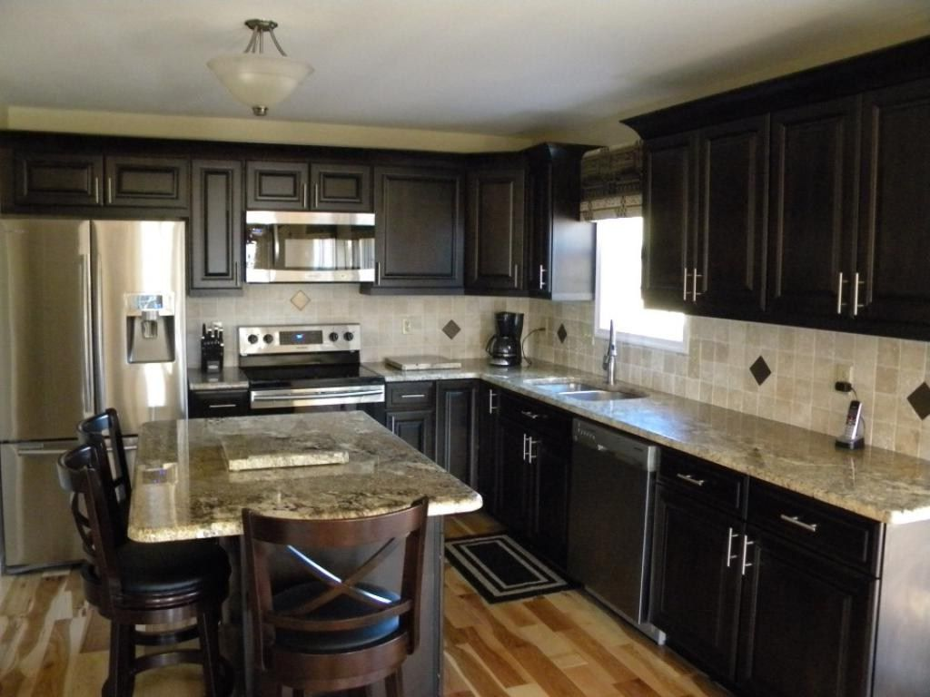 carrelage-blanc-motif-carreaux-de-cuisine-cuisines-armoires-en-bois clair-armoires-de-cuisine-noires-images-armoires-blanches-dosseret de cuisine-blanc-bois-plan de travail-de-cuisine-armoire-en-bois noir