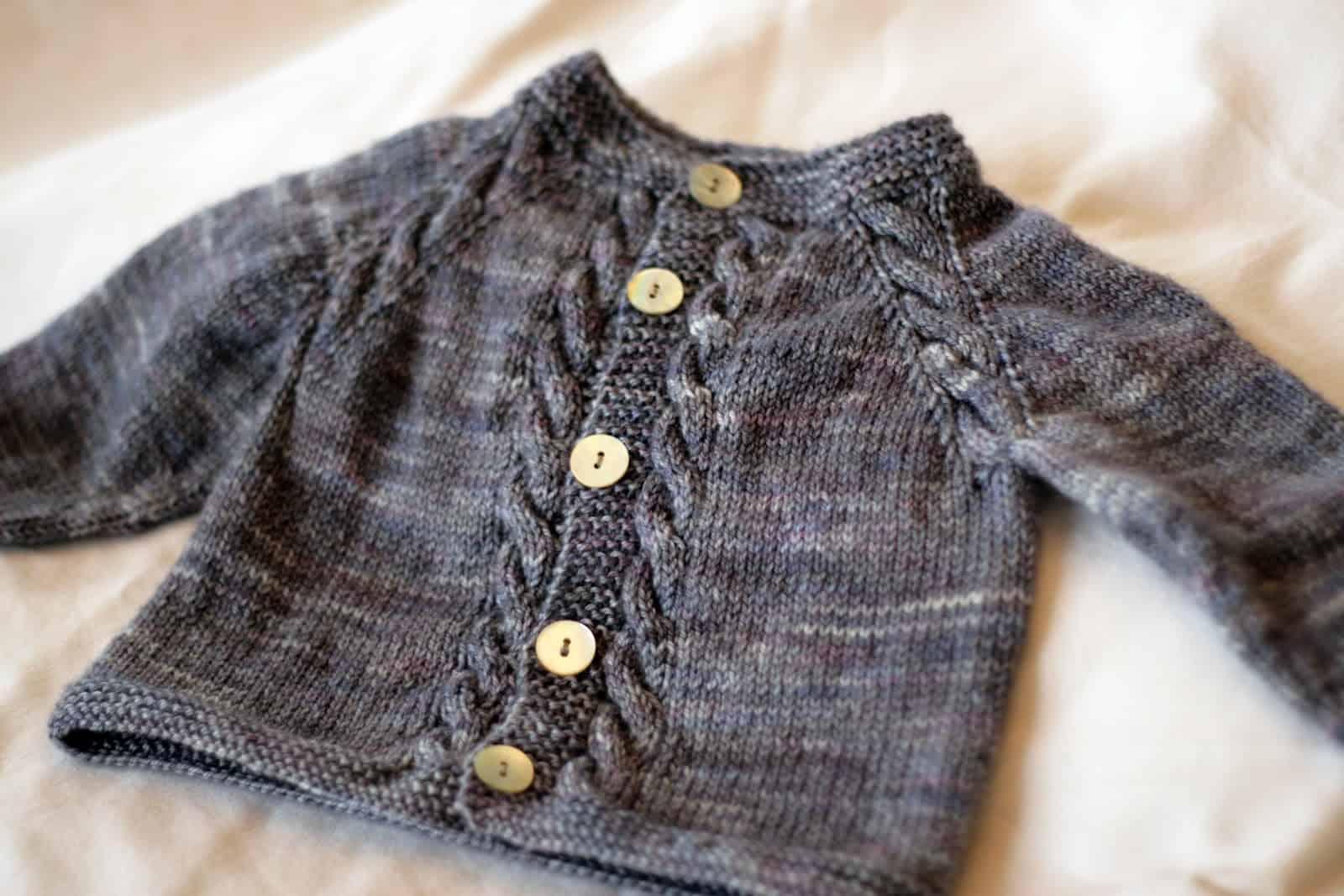 Cardigan bébé Sunnyside 15 magnifiques modèles de pulls tricotés pour bébé pour se préparer pour l'hiver
