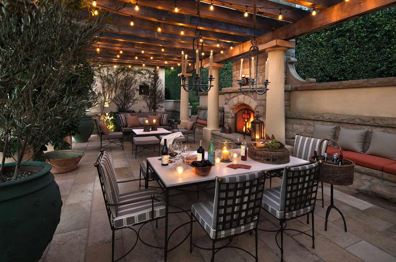 patio-méditerranéen-salle-à-manger-et-cheminée