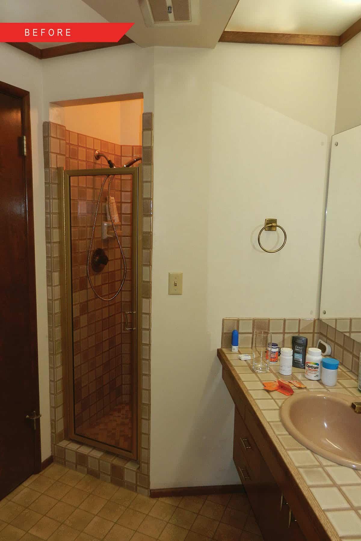 salle de bain du milieu du siècle avant rénovation