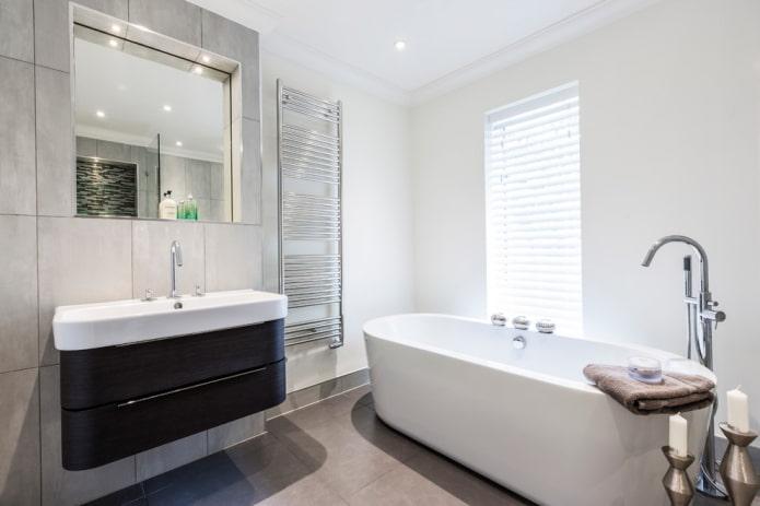 baignoire en acrylique à l'intérieur de la salle de bain