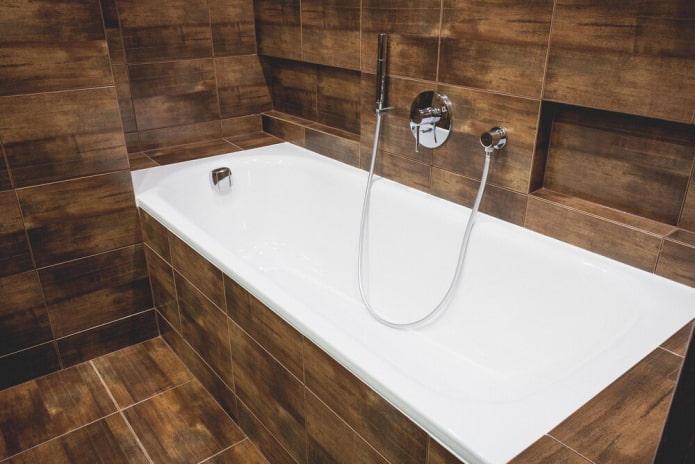 baignoire en acrylique carrelée