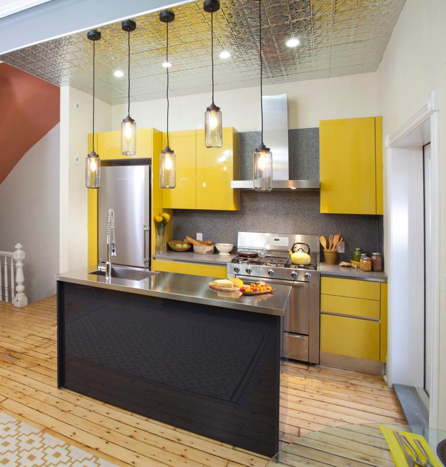 11-apporte-des-surfaces-jaunes-et-metalliques-design-petite-cuisine-homebnc