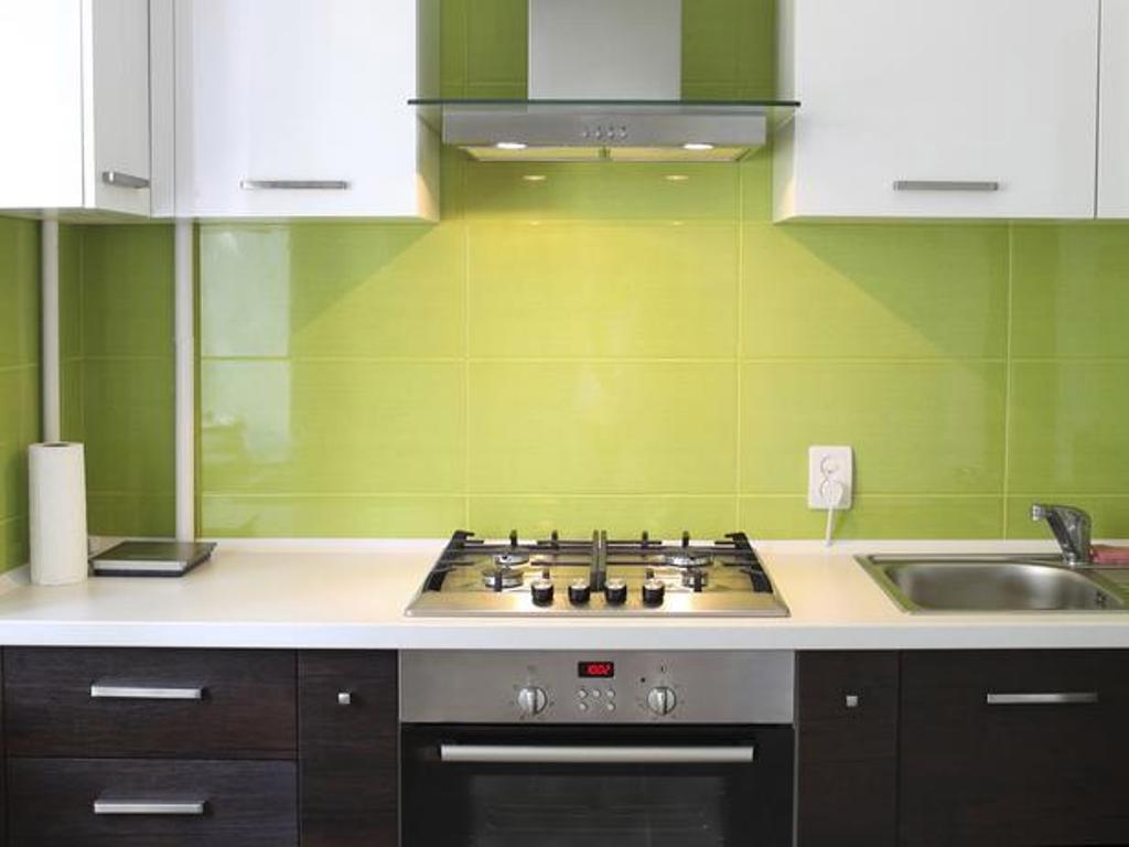 dosseret vert-carrelage-blanc-comptoir-petite-cuisine-idees-design-table-îlot-remodeler-ensembles-relooking-chaises de rangement-aménagement-rond-éviers-solutions-de-remodelage-rénovations-petite-kitchenette-idées