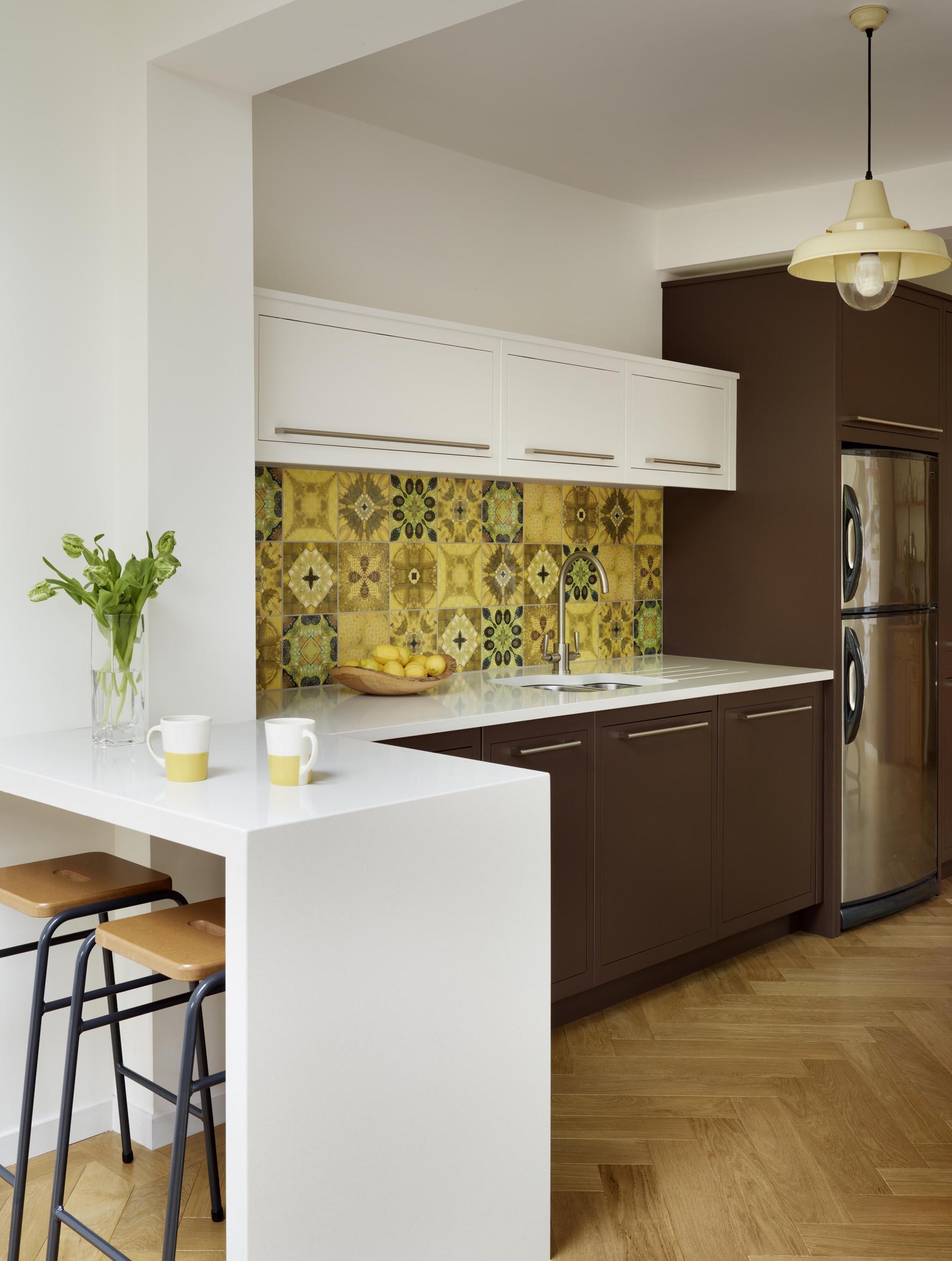 cuisine-inspiration-charmante-en-bois-blanc-en-forme-l-petite-cuisine-idees-de-conception-avec-des-armoires-marron-fonce-polies-dans-des-cuisines ouvertes-chic-petite-cuisine-idees-design- aménagement-et-agencement-de-meubles