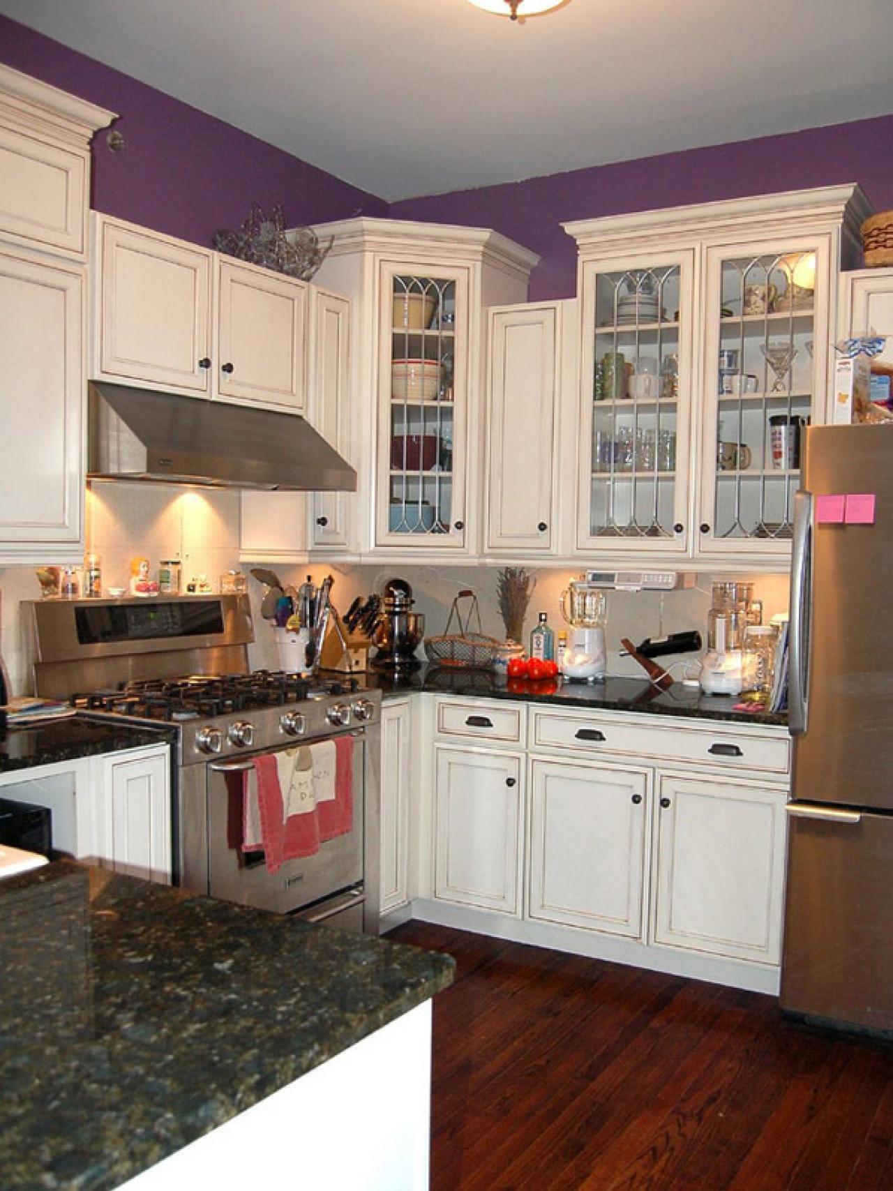 original_kitchen-armoires-blanches-murs-violets_s3x4-jpg-rend-hgtvcom-1280-1707