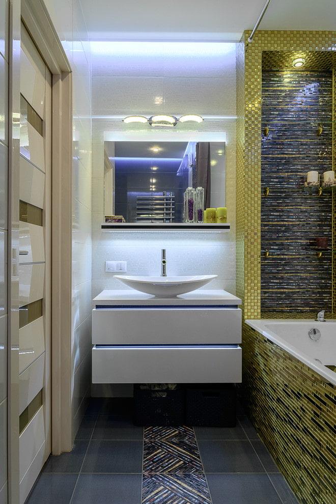 finition du sol dans la salle de bain de l'appartement Khrouchtchev