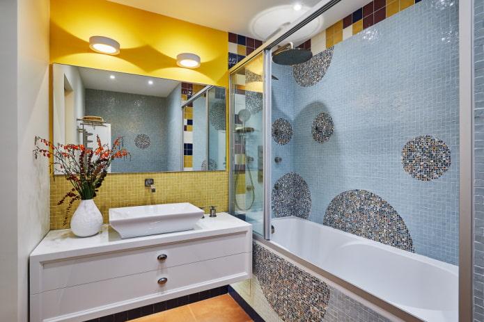 décoration murale dans la salle de bain de l'appartement Khrouchtchev