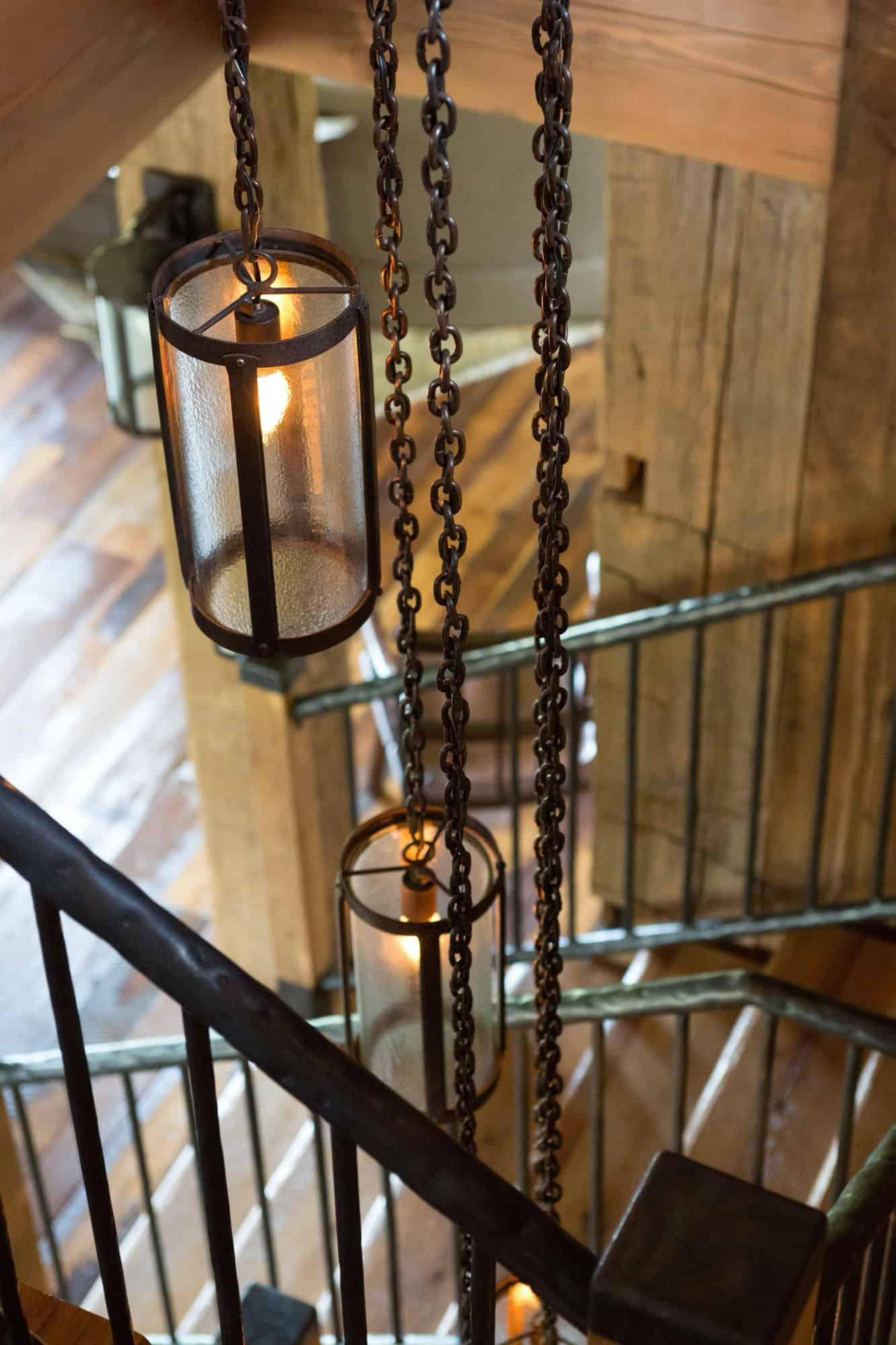 escalier-rustique-luminaire-detail