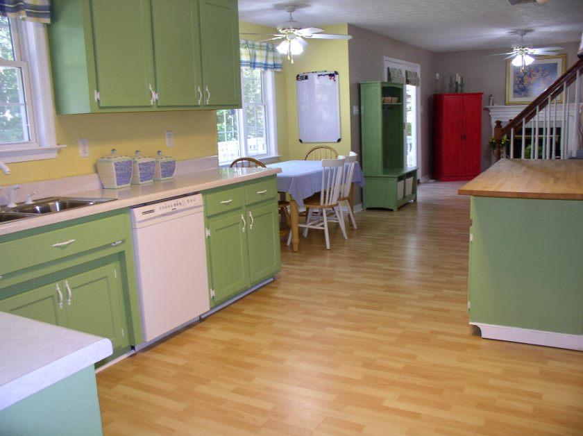 vert-cuisine-armoires-design-jaune-dosseret-stratifié-sol-fini-sur-des-idées-minimalistes-modernes-inspiration-intérieure