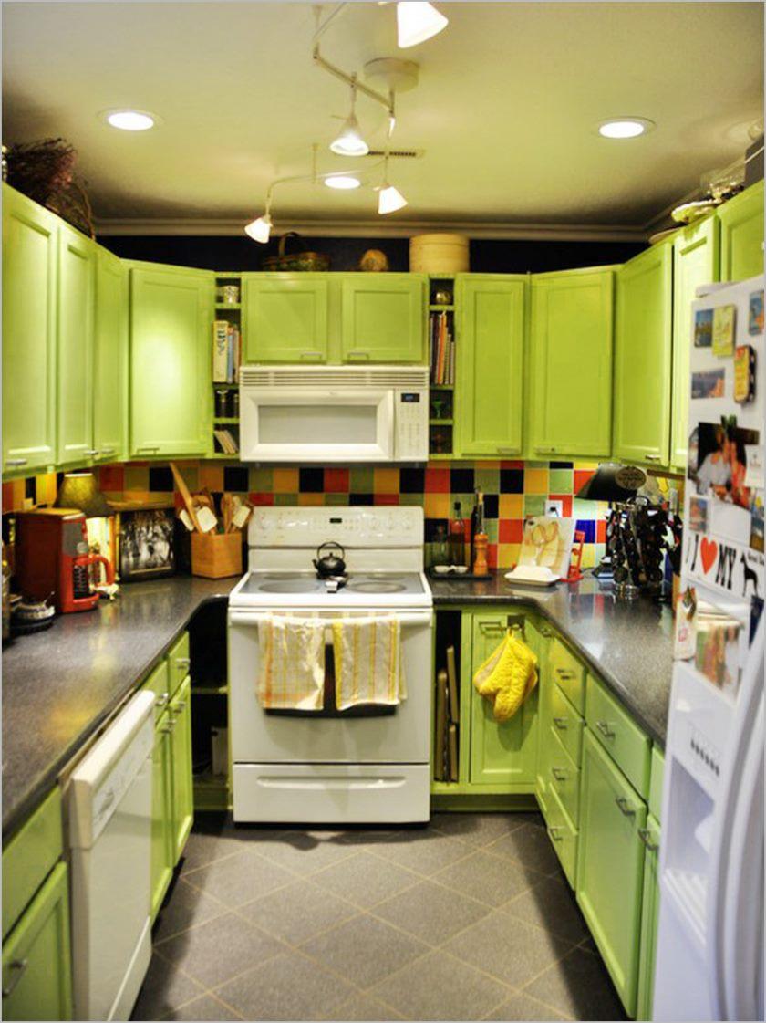 petite-cuisine-avec-armoire-de-cuisine-vert-lime-et-superbe-lustre