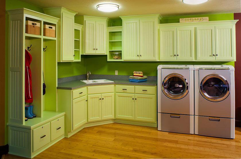 cuisines-peintes-simples-et-modernes-idees-de-deco-de-cuisine-viennent-avec-une-couleur-vert pâle-accent-armoire-de-cuisine-sur-vert-lime-cuisine-becksplash-aussi-brillant-surface-en bois- idée-sol-plus-zone-buanderie
