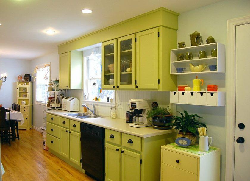 simple-vert-clair-cuisine-decoration-armoires-blanc-ceramique-comptoir
