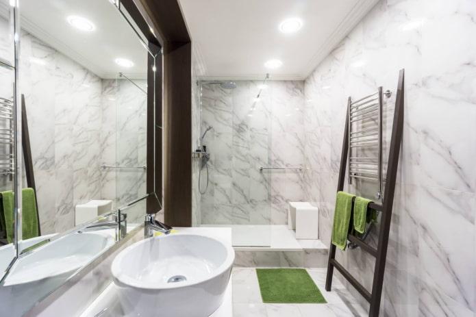 Baignoire spacieuse avec douche