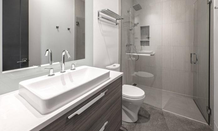 Douche dans une petite salle de bain