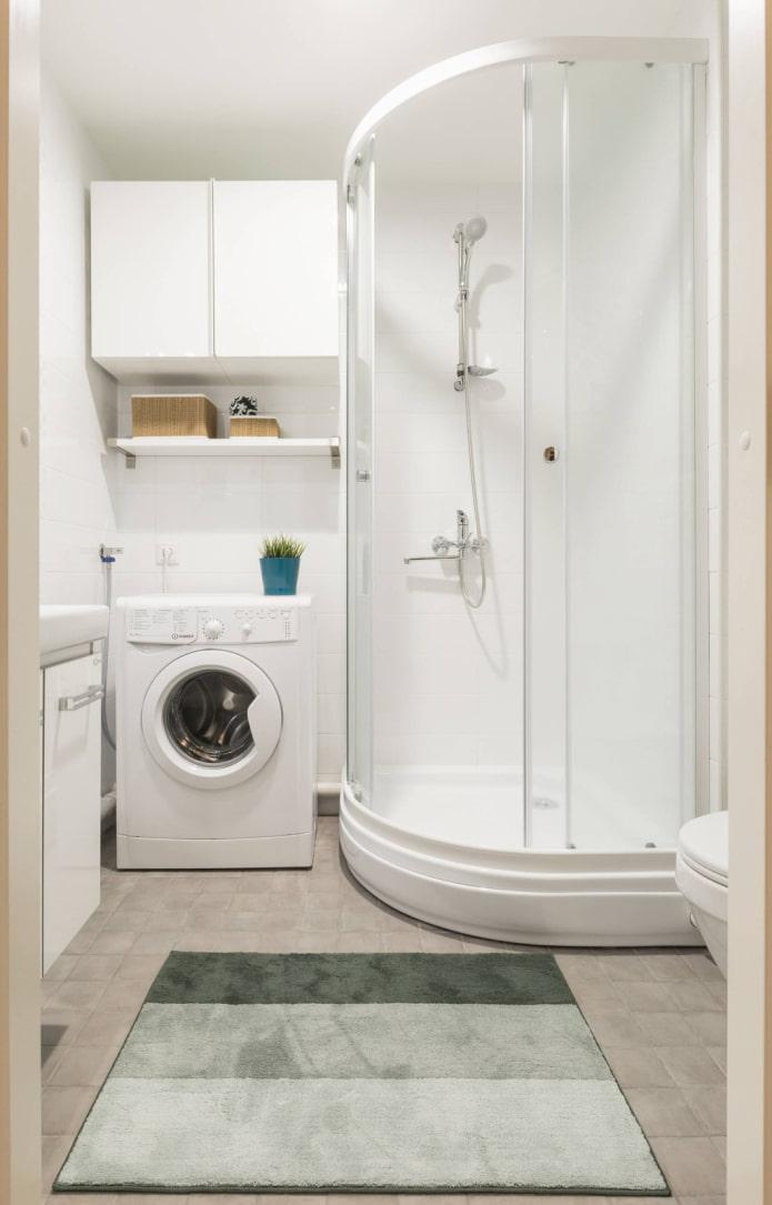 Cabine blanche dans une salle de bains lumineuse