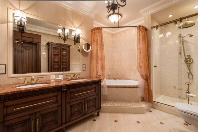 Baignoire avec douche protégée par des rideaux
