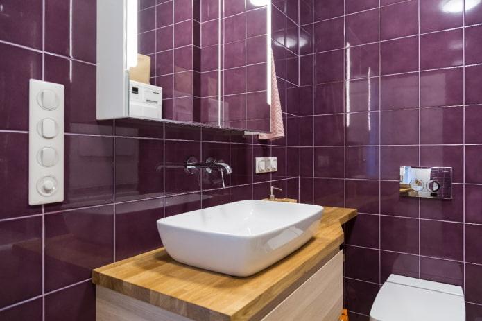 meubles en bois sur fond de carreaux violets