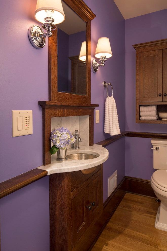 Salle de bain avec mobilier marron