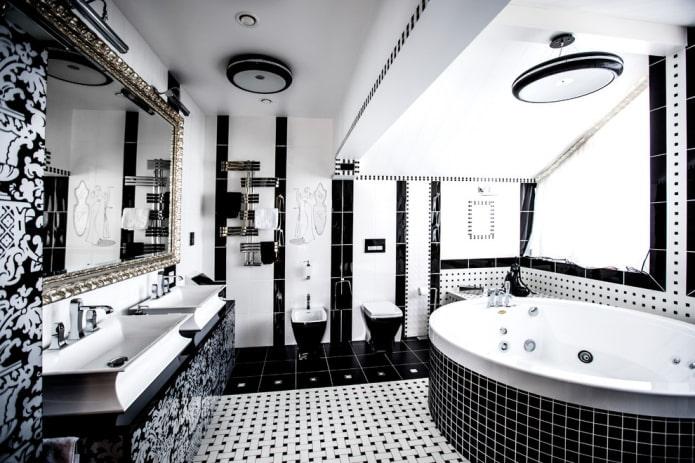 salle de bain dans le grenier en noir et blanc