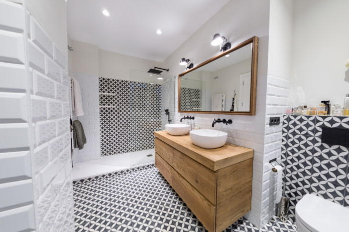 armoire en bois dans la salle de bain
