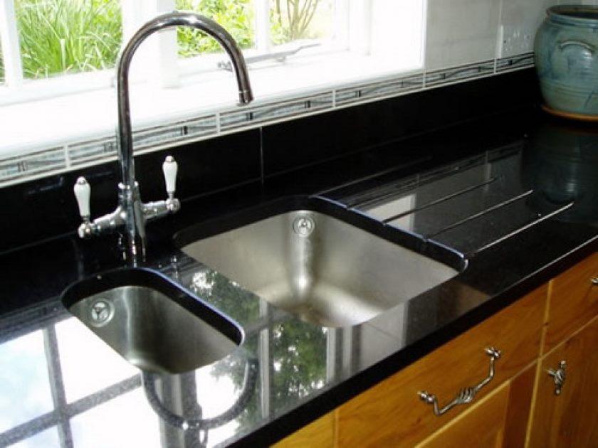 meubles-de-cuisine-intérieur-idées-double-éviers-meilleur-évier-de-cuisine-sous-plan-et-comptoir-en-céramique-noir-concept-design-évier-cuisine-designs-concept-intéressant-design-pour-cuisine-sous-plan- si