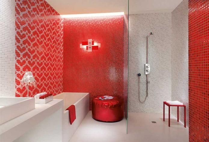 salle de bain dans les tons rouges et blancs