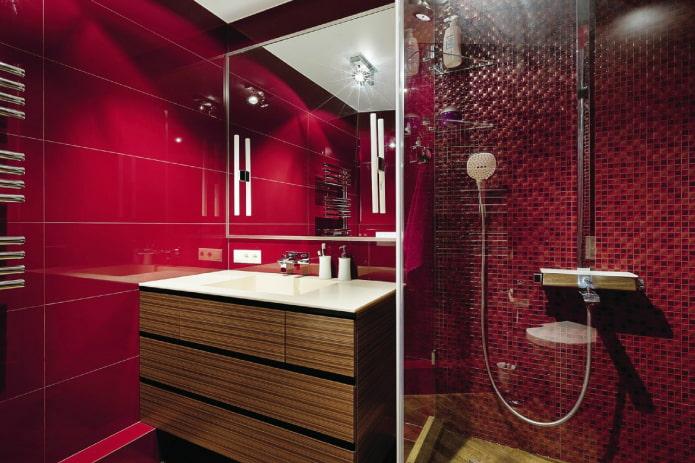 salle de bain dans les tons rouges