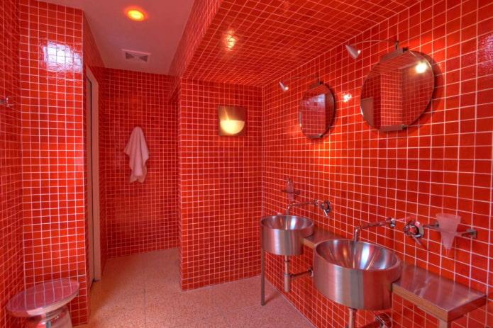 décoration de salle de bain dans les tons rouges