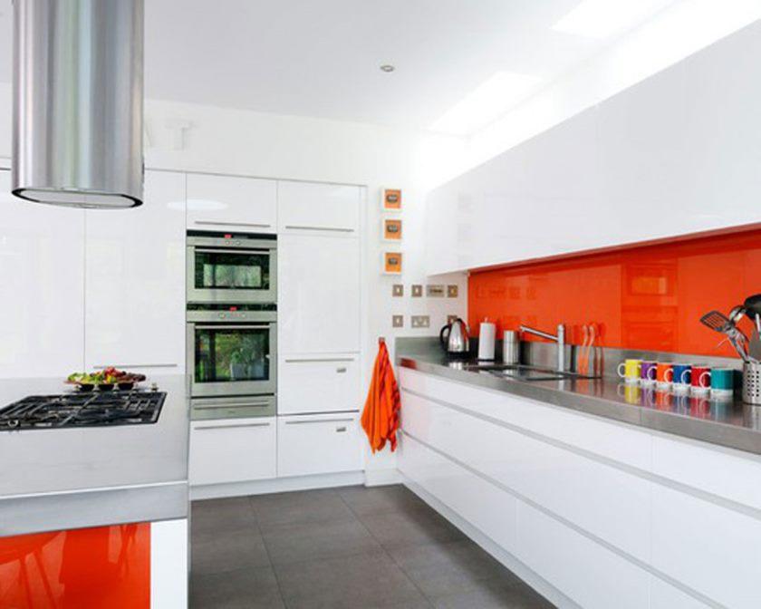 la-cuisine-de-luxe-tout-blanche-encastrable-four-micro-ondes-empilable-avec-chemine-en-inox-et-cuisiniere-a-gaz-simple