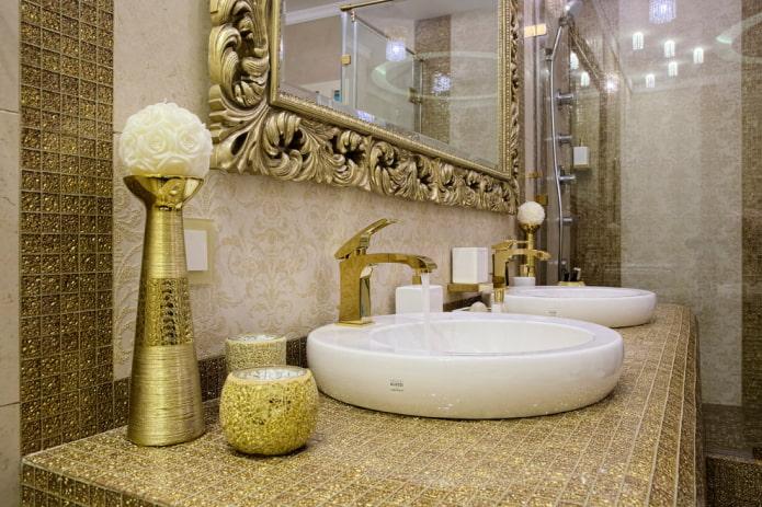 comptoir carrelé dans la salle de bain