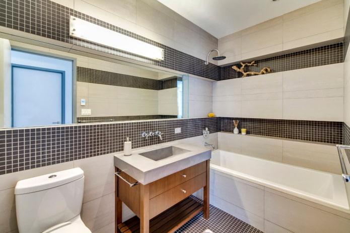 niche avec finition carrelée dans la salle de bain