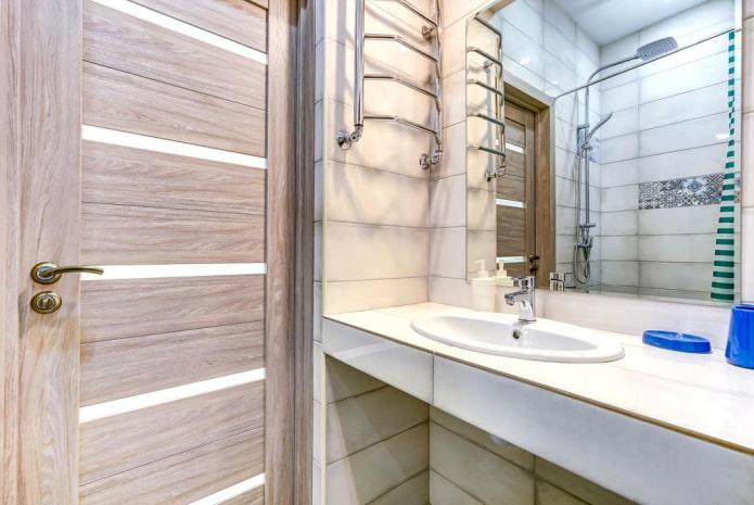 carreaux autour de la porte à l'intérieur de la salle de bain
