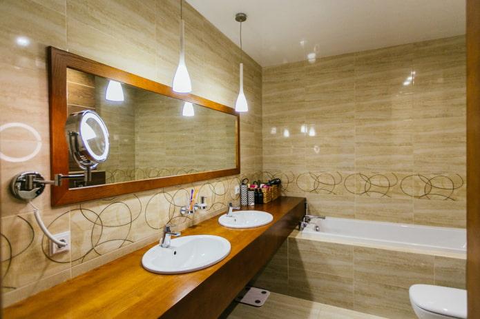 carreaux beiges à l'intérieur de la salle de bain