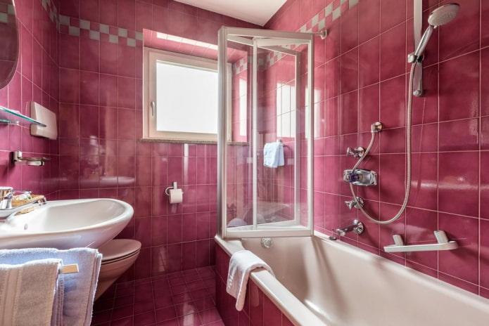 carreaux roses à l'intérieur de la salle de bain