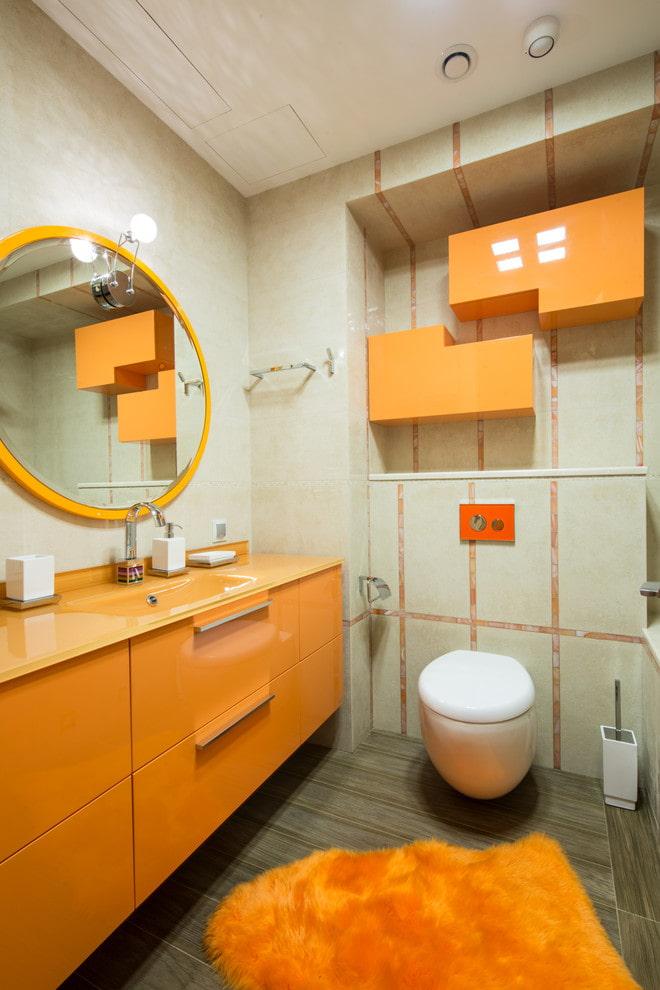 armoire murale à l'intérieur des toilettes