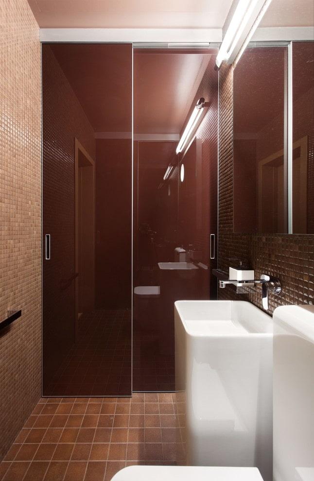 armoire encastrée à l'intérieur des toilettes