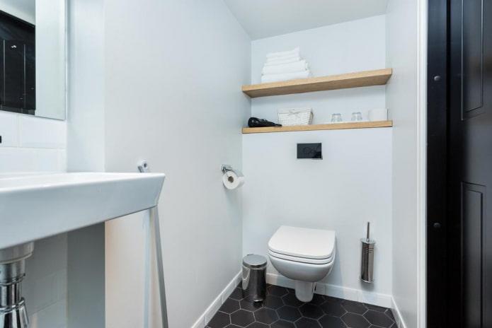 étagères ouvertes à l'intérieur des toilettes