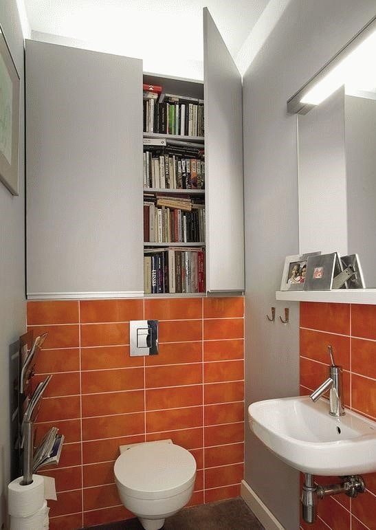 armoire avec portes à l'intérieur des toilettes