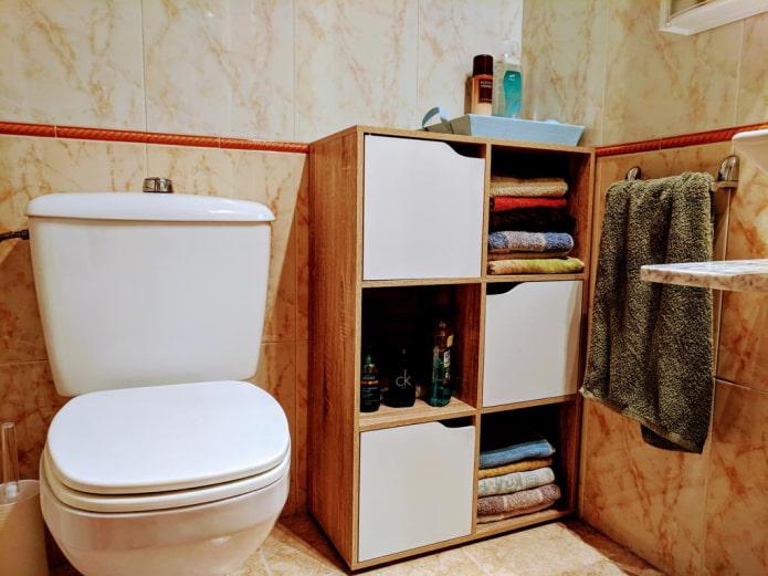 étagères à l'intérieur des toilettes