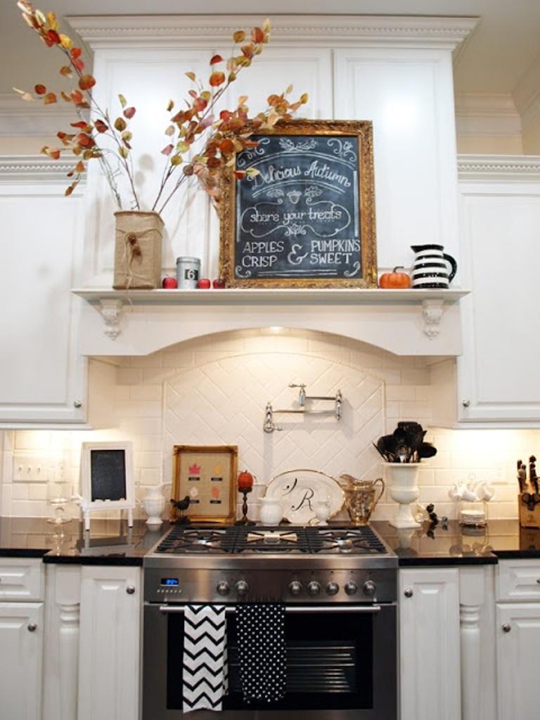 idées-de-décoration-de-cuisine-classique-avec-une-décoration-murale-élégante-et-chic-décoration-de-fleurs-sauvages-murs-de-cuisine-avec-des-idées-de-décoration-murale-de-cuisine