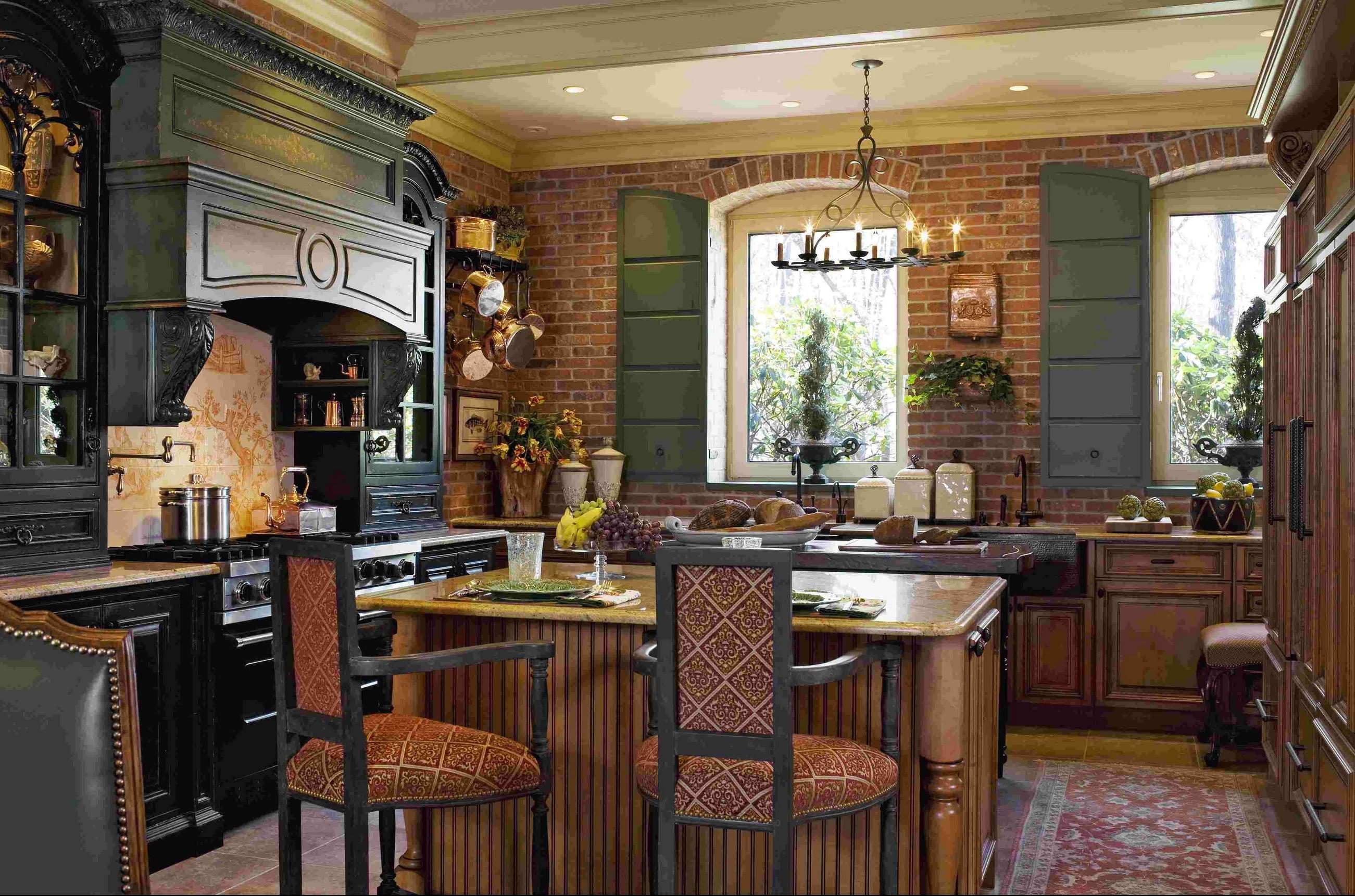 deco-cuisine-francaise-de-luxe-avec-peinture-couleur-audacieuse-et-mobilier-de-cuisine-classique