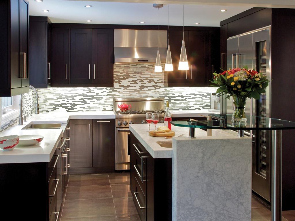 cool-vintage-cuisine-design-avec-gracieux-gris-foncé-et-marron-couleurs-plus-mignon-fleurs-décor-également-sophistiqué-mosaïque-carrelage-dosseret-idées-de-conception